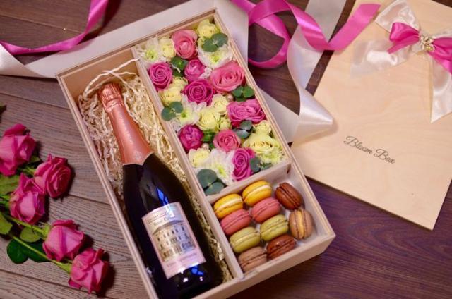 41b3bba47fbc Огромная коробка со сладостями – подарок, от которого придет в восторг  каждая сладкоежка. Если девушка в продуктовом магазине первым делом идет к  шоколаду, ...