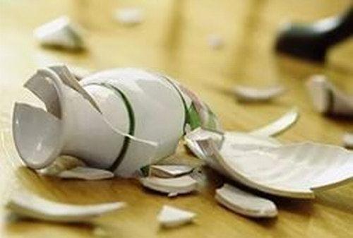 Я вазу мамину разбил!