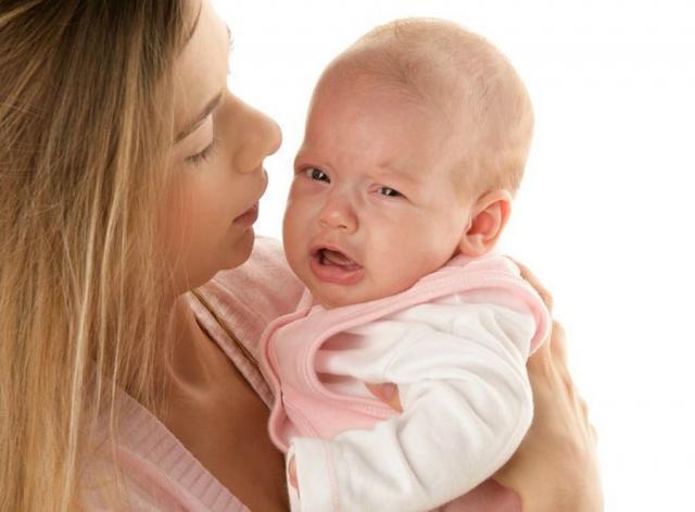 малыш плачет у мамы на руках