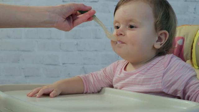 Как ребенка напоить водой